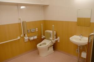 手すり付きで安心のトイレ